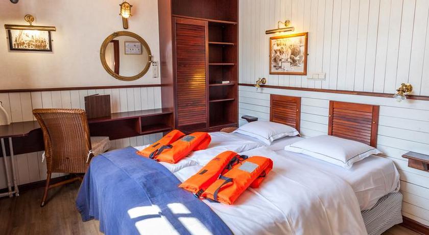 Boat Hotel De Barge ***